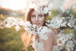 Свадебная фотосессия в цветущем саду